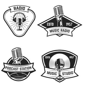 白い背景の上の古いスタイルのマイクとエンブレムのセット。ロゴ、ラベル、記号の要素。図