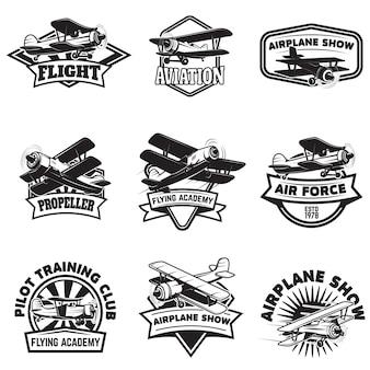 飛行アカデミーエンブレムのセットです。ヴィンテージ飛行機。ロゴ、ラベル、エンブレム、記号の要素。図。