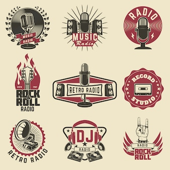 ラジオラベル。レトロなラジオ、レコードスタジオ、ロックンロールラジオエンブレム。古いスタイルのマイク、ギター。