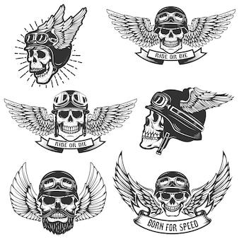 翼のあるオートバイのヘルメットの頭蓋骨のセットです。ロゴ、ラベル、エンブレム、記号、バッジの要素。図
