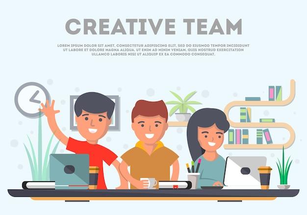 Творческая команда деловых людей в офисе