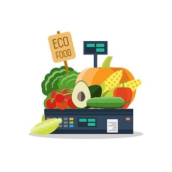 Натуральные продукты, овощи и фрукты на весах.