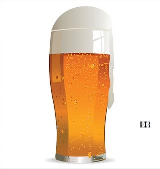 白い背景に隔離されたライトビールのガラス
