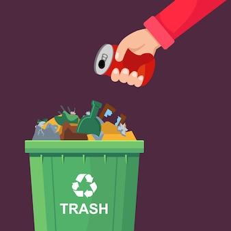 Человек бросает банку в переполненный мусорный бак. плоский