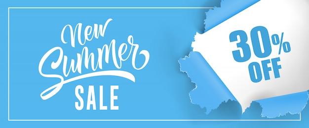 Новая летняя распродажа тридцать процентов от надписи. голубой фон с разорванным круглым отверстием