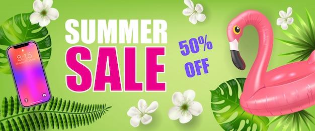 Летняя распродажа на пятьдесят процентов от баннера с пальмовыми листьями, смартфоном и надувным фламинго