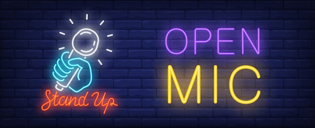 スタンドアップネオンサイン用オープンマイク。輝くマイクを持っている明るい青色の手