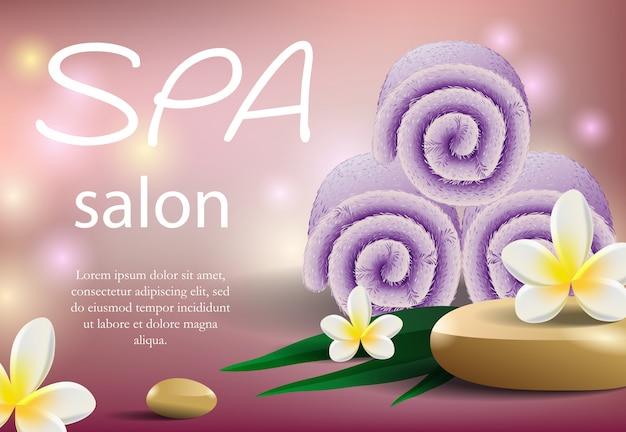 紫色のタオルでスパサロンのレタリング。現実的なソフトタオルのスタックとトロピカルフラワー