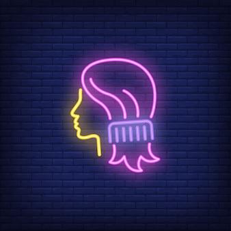 櫛の女性の髪のネオンサインを櫛