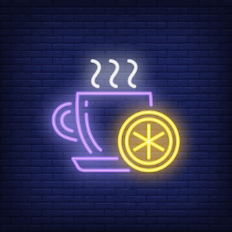 レモンのネオンサインとホットティーのカップ