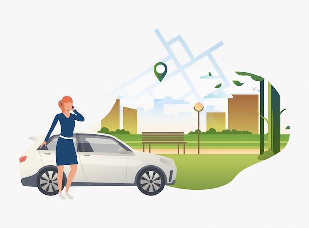 Женщина, стоящая на машине с городским парком в фоновом режиме