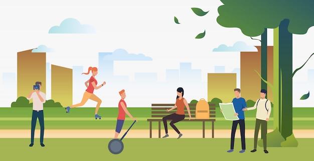 Люди, занимающиеся спортом и отдыхающие в летнем городском парке