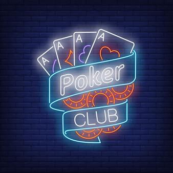 Покер клуб неоновый текст на ленте с игральными картами и фишками