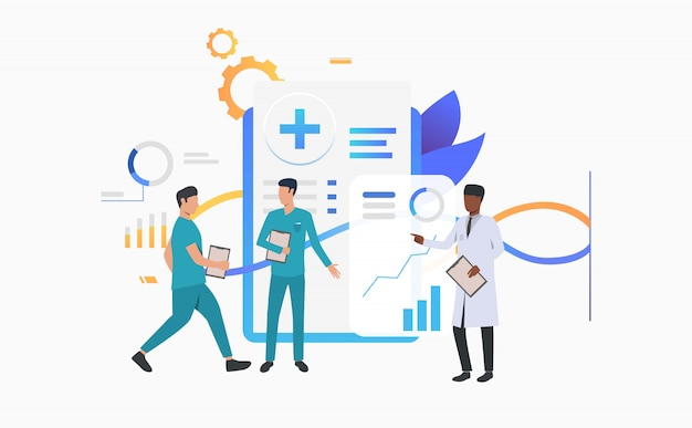 Врач и техники обсуждают медицинские записи