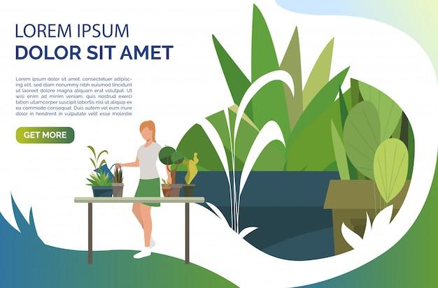 観葉植物に水をまく、テーブルに立っている女性