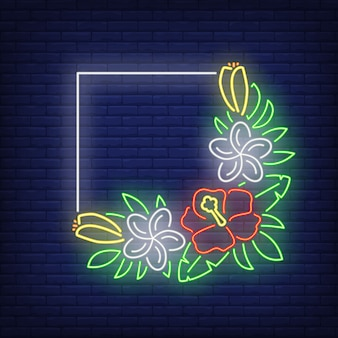 ハイビスカスのネオンサイン付き正方形フレーム。緑の葉と熱帯の花の束。