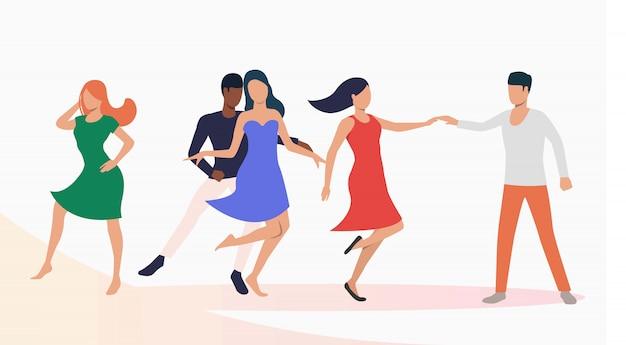 Люди танцуют сальсу на вечеринке