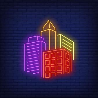 明るい街の建物のネオンサイン。