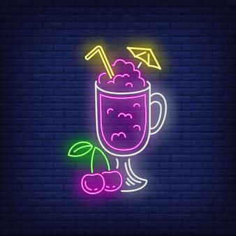 Вишневый коктейль в стеклянной неоновый знак.