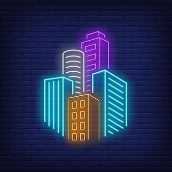 都市の高層ビルのネオンサイン。
