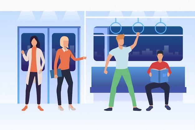 地下鉄で旅行する通勤者