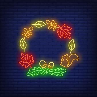 Дуб, кленовые листья, желуди и белка обрамляют неоновую вывеску