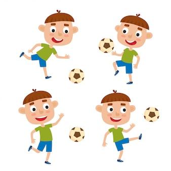 Набор маленьких мальчиков - игроков в рубашку и короткие игры в футбол, изолированных на белом фоне в мультяшном стиле