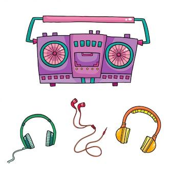 音楽機器。レトロなテープレコーダーとヘッドフォンのコレクション