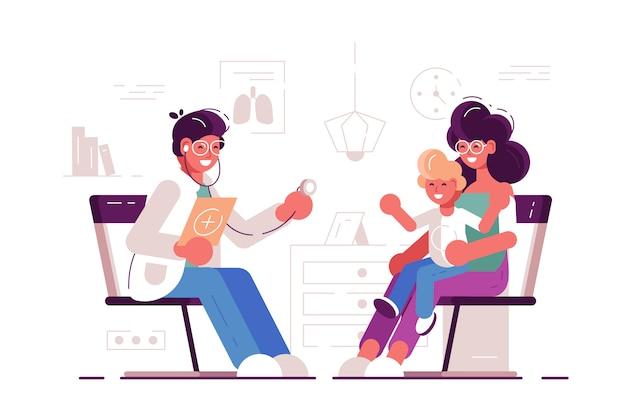 小児科の病室で幸せな母親と子供とかかりつけの医師を笑顔します。