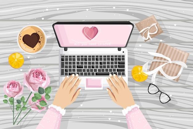 Девушка с помощью ноутбука с романтическим подарком на сайте