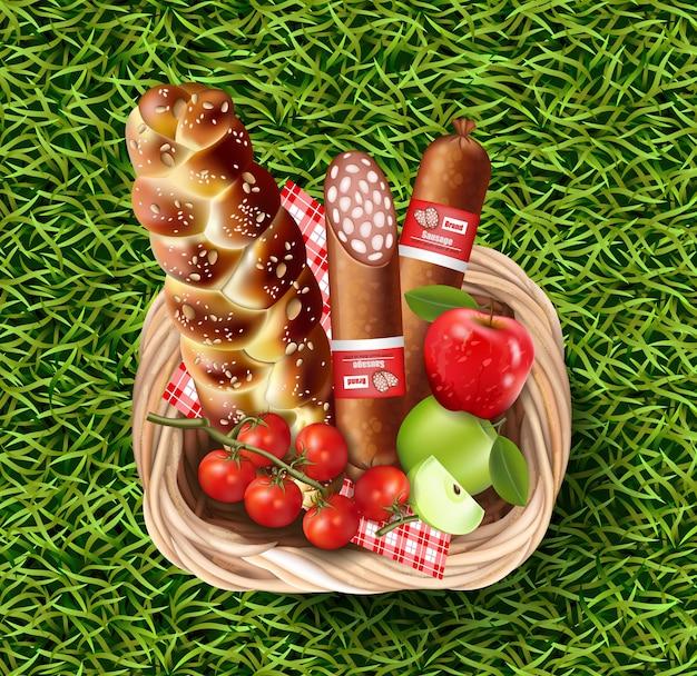 Корзина, полная продуктов питания на зеленой траве