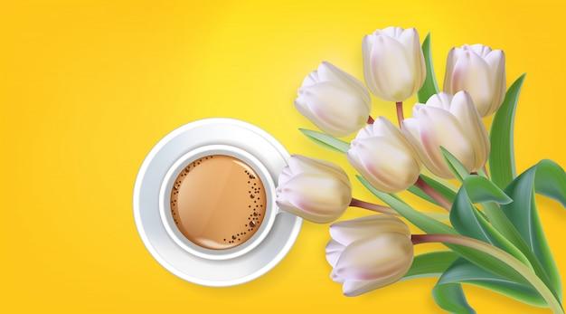 一杯のコーヒーとチューリップの花