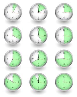 Двенадцать часов показывают разное время на белом