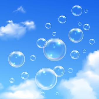 Мыльные пузыри парят на улице в солнечный летний день