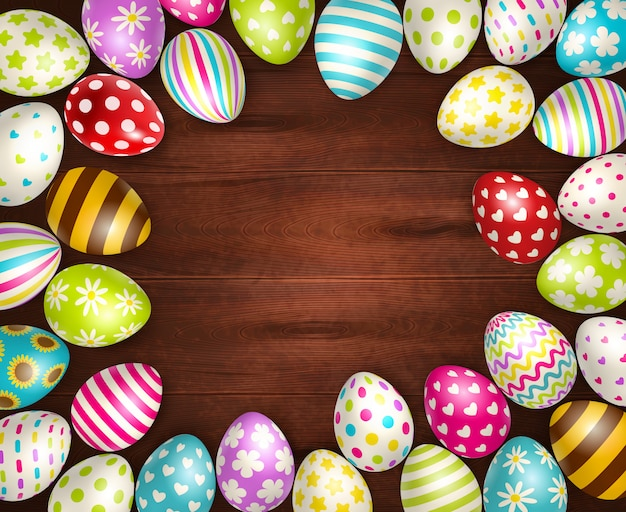 Реалистичная с красивыми расписными пасхальными яйцами на деревянной поверхности