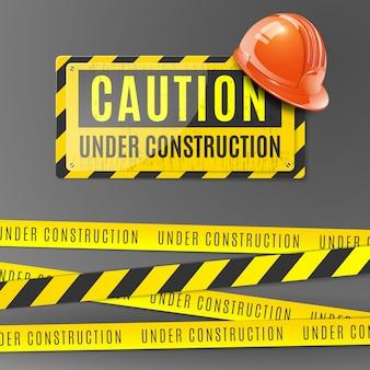 Под строительство реалистично с оранжевым шлемом, осторожно, плакат и ограда с желтыми и черными полосами