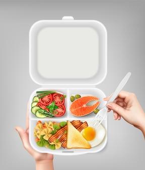 サーモンサラダベーコン卵とフォークの現実的な構成図を持っている手で使い捨てのプラスチックランチボックスを開く