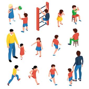 赤ちゃんと子供の等尺性のアイコンは、分離された遊び場で遊ぶ就学前の子供たちと設定