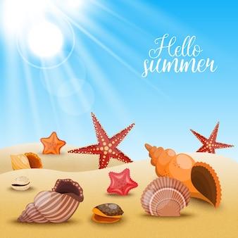 Морские звезды на пляже, композиция из ракушек и морских звезд на песке и звание привет лето