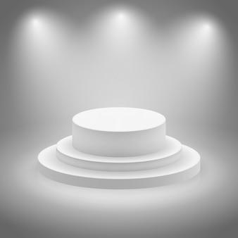 白い空の照明されたステージ