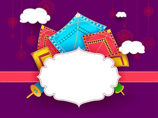 紫色の背景に飾られたカラフルな凧
