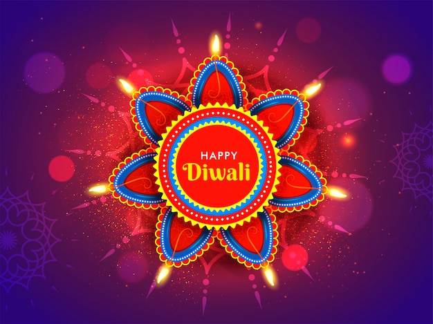 ハッピーディワリ祭のお祝いの概念のための花のランゴーリーと紫のボケ効果に照らされたオイルランプ(ディヤ)。