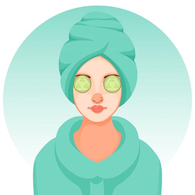 スパトリートメントやサロンのキュウリのスライスと顔に顔のマスクを適用する若い女の子。