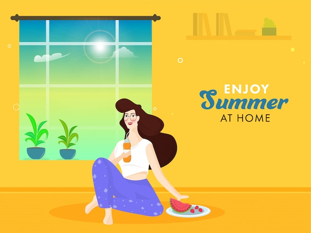 Маленькая девочка держа бутылку безалкогольного напитка с плодоовощами, баком завода и солнечностью через окно на желтой предпосылке для наслаждается летом дома.