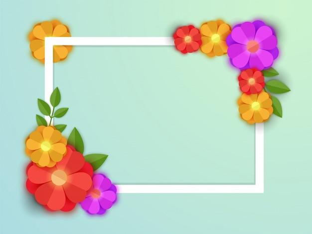 あなたのテキストのために白い葉の枠とスペースとカラフルな紙の花。