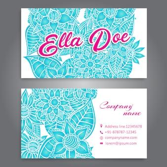 青い花とピンクの詳細を持つ白い名刺