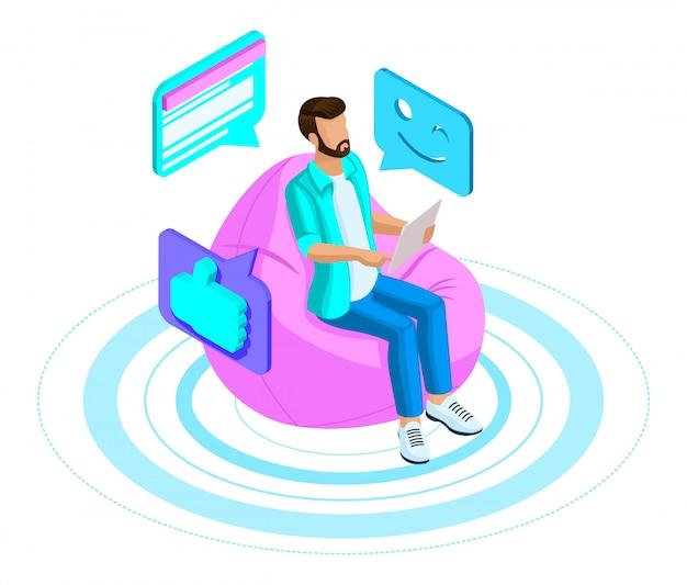 男はチャット、現代のソーシャルネットワークで通信し、通信を維持し、ラップトップを介してビデオを見る