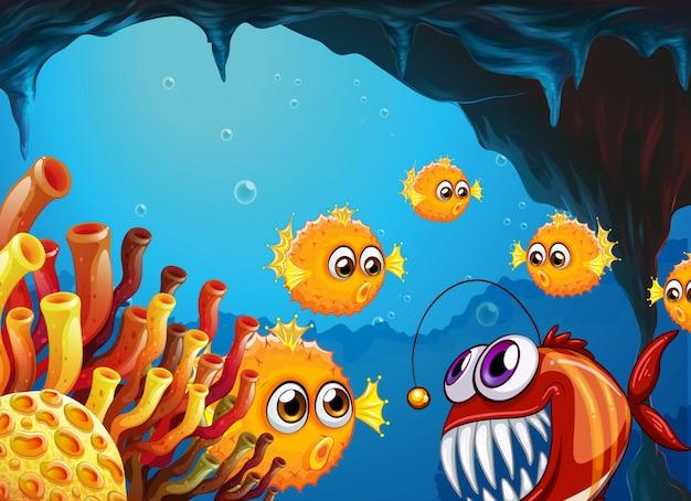 Группа пещерных рыб и страшная пиранья внутри пещеры