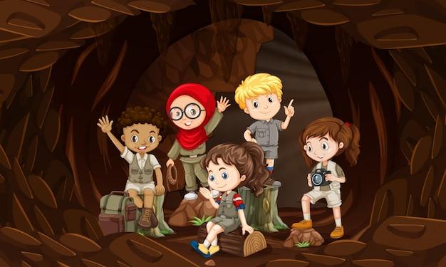 洞窟内のインタラクティブな子供のグループ