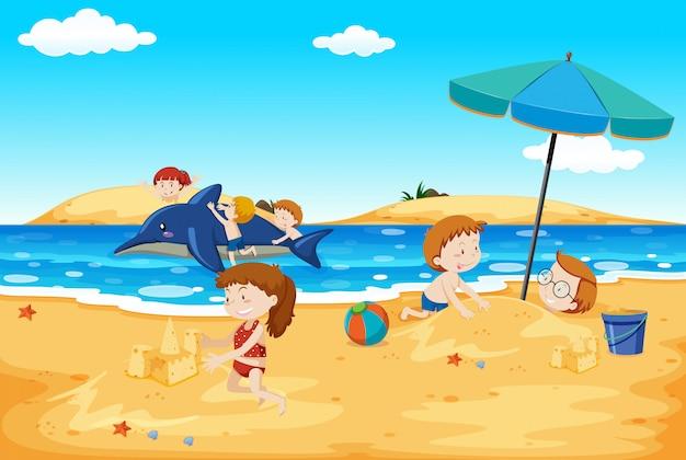 ビーチで遊ぶ子供たち